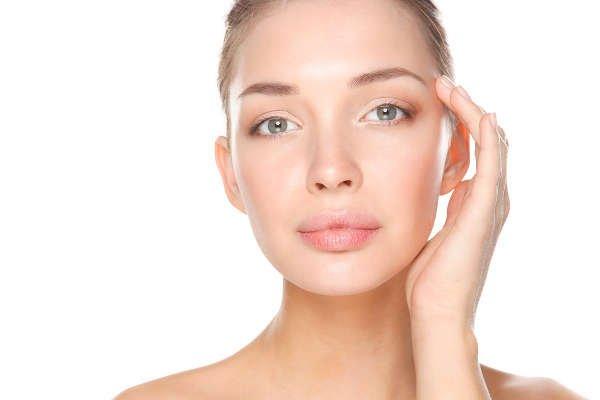 El ácido hialurónico perfila y proyecta los labios, corrige surcos y aporta volumen en pómulos, entre otros beneficiios