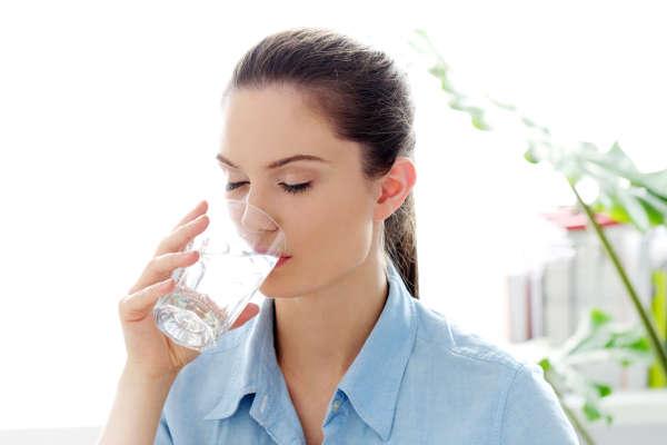 Beber agua en abundancia nos ayuda a eliminar toxinas y líquidos