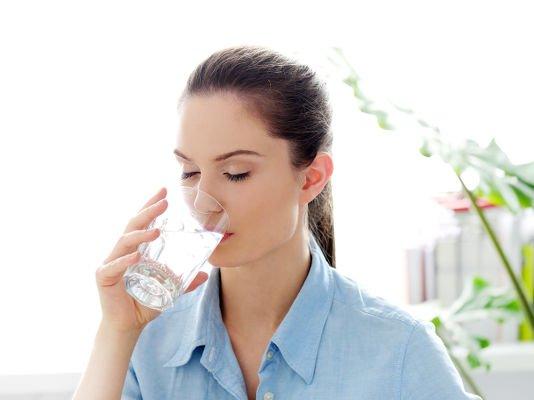 Es recomendable calmar la sed con agua y continuar con bebidas sin azúcar