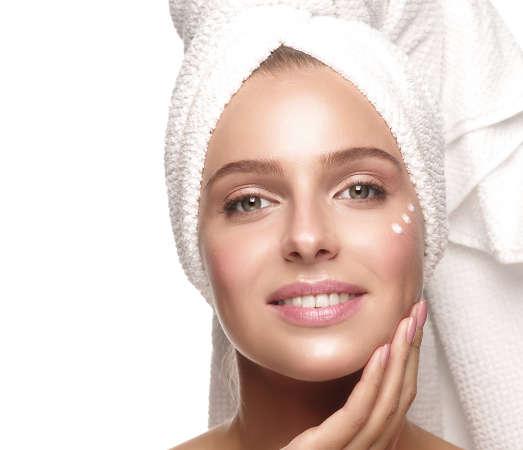 Los cosméticos para el contorno de ojos deben aplicarse con un suave masaje
