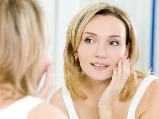 Los cosméticos para el contorno de ojos deben ser ricos en sustancias hidratantes, antioxidantes y regeneradoras