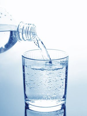 Es recomendable beber 2 litros de agua al día