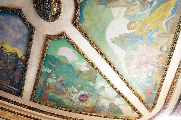 Detalle de un gran óleo que decora el techo de uno de los salones en el Palacio de Nerva
