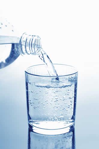 Para mantener un aspecto joven y saludable debemos beber 8 vasos diarios de agua