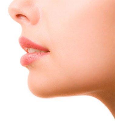 En la juventud, el labio superior es cóncavo y el filtrum corto