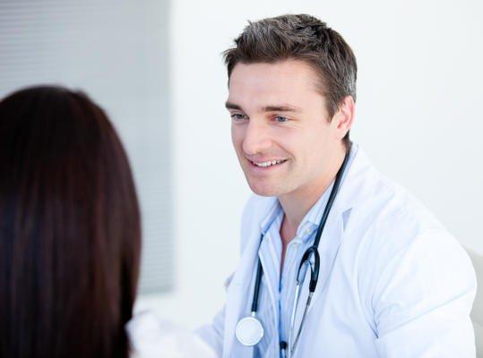 Es necesario acudir al médico para determinar la causa de la retención de líquidos