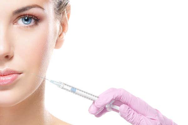 infiltración de material de relleno facial