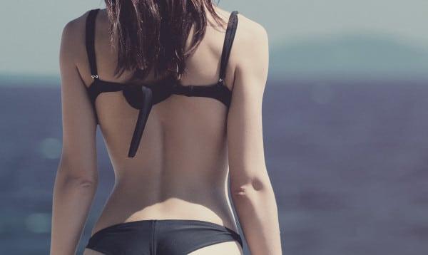 Cómo eliminar los rollitos de la espalda